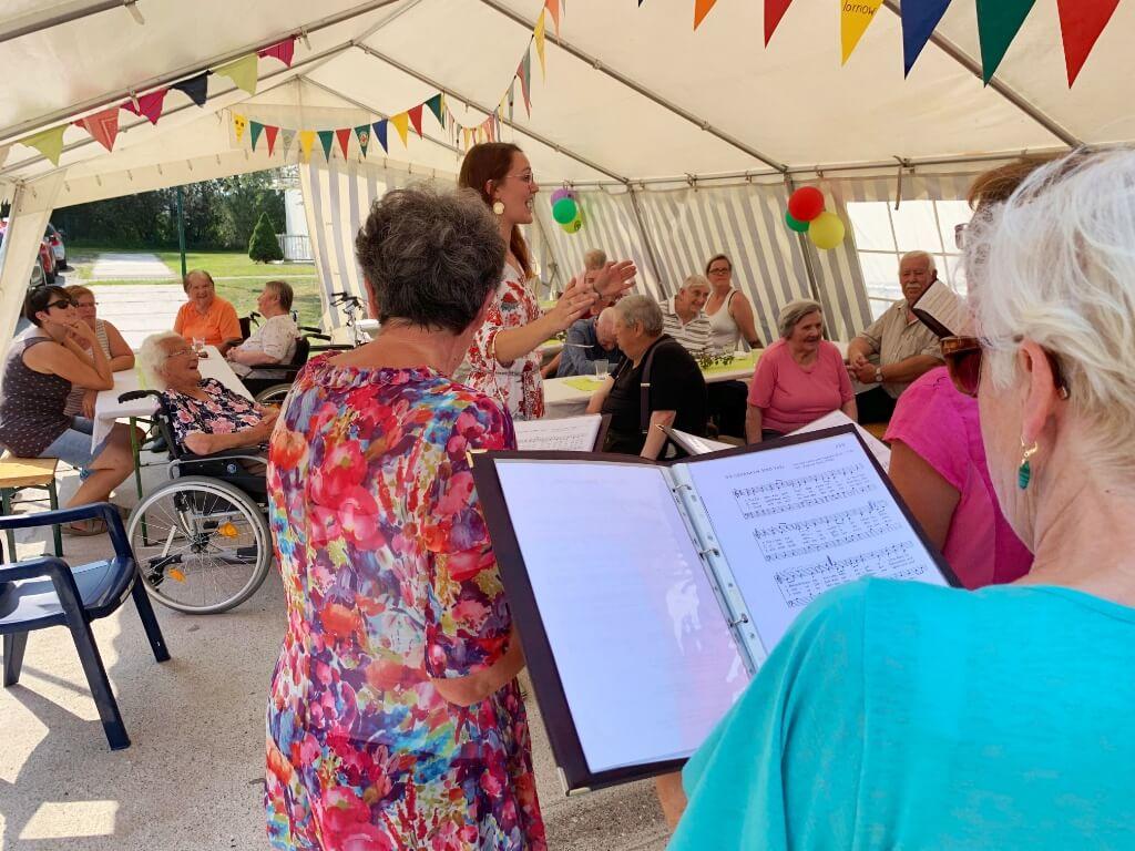 Fröhliches Sommerfest im Seniorenwohnpark