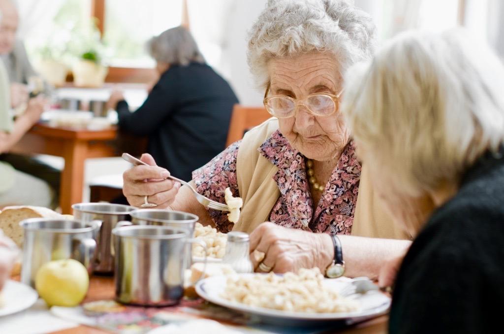 Senioren genießen das Mittagessen